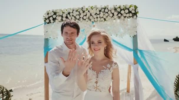 A menyasszony és a vőlegény felmutat jegygyűrű.