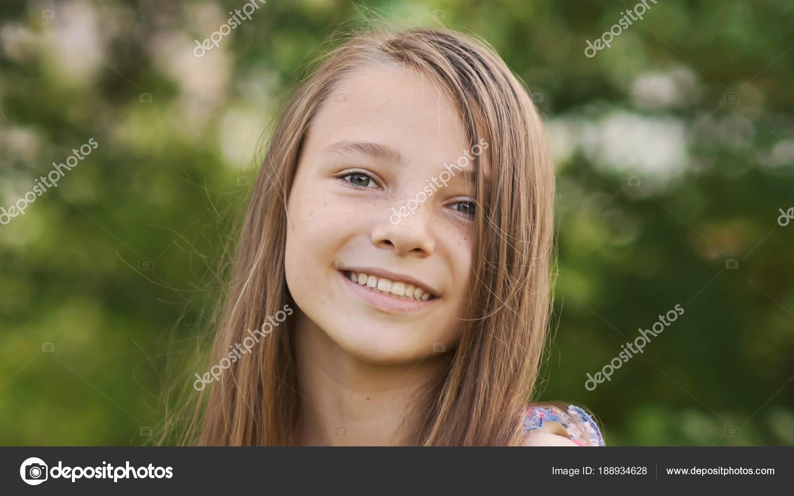Девушка лицо играть