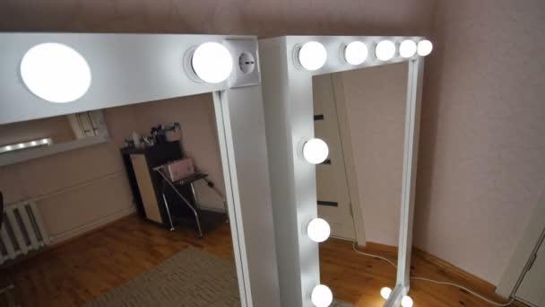 Make Up Spiegels : Vier make up spiegel in den raum stehen und leuchten videodreh in