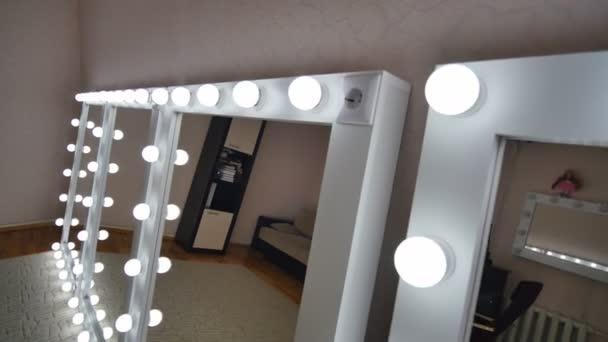 Make Up Spiegels : Vier make up spiegel in den raum stehen und leuchten u stockvideo