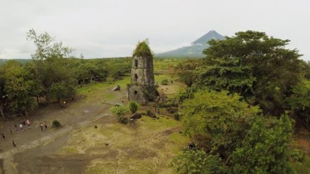 Luftbild Cagsawa Kirche Ruinen mit Mount Mayon Vulkan im Hintergrund, Legazpi, Philippinen. Bewölkt