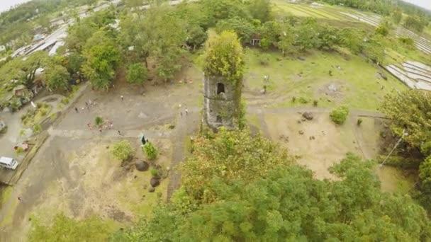 Antenne sieht die Ruinen der Cagsawa Kirche, Mount Mayon durchbrechenden im Hintergrund zeigt. Cagsawa Kirche. Philippinen