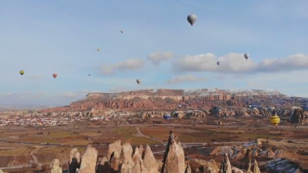 Krásná příroda Cappadocia na s balónky na pozadí velbloudí skály. Turecko.