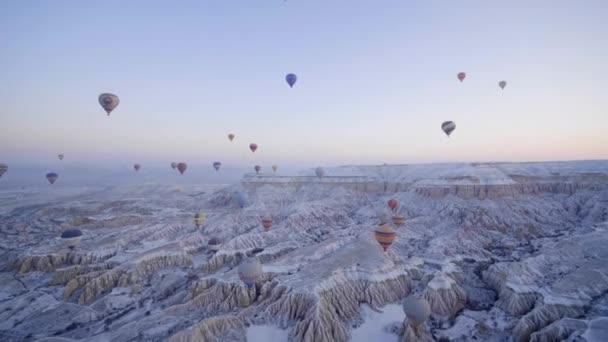 Farbige Luftballons am Himmel des Sonnenaufgangs. Kappadokien, Türkei.