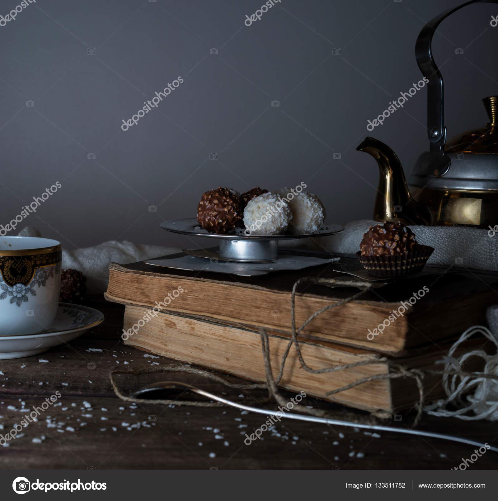 Stilleven, vintage. snoep, gordijnen, metalen theepot op een houten ...