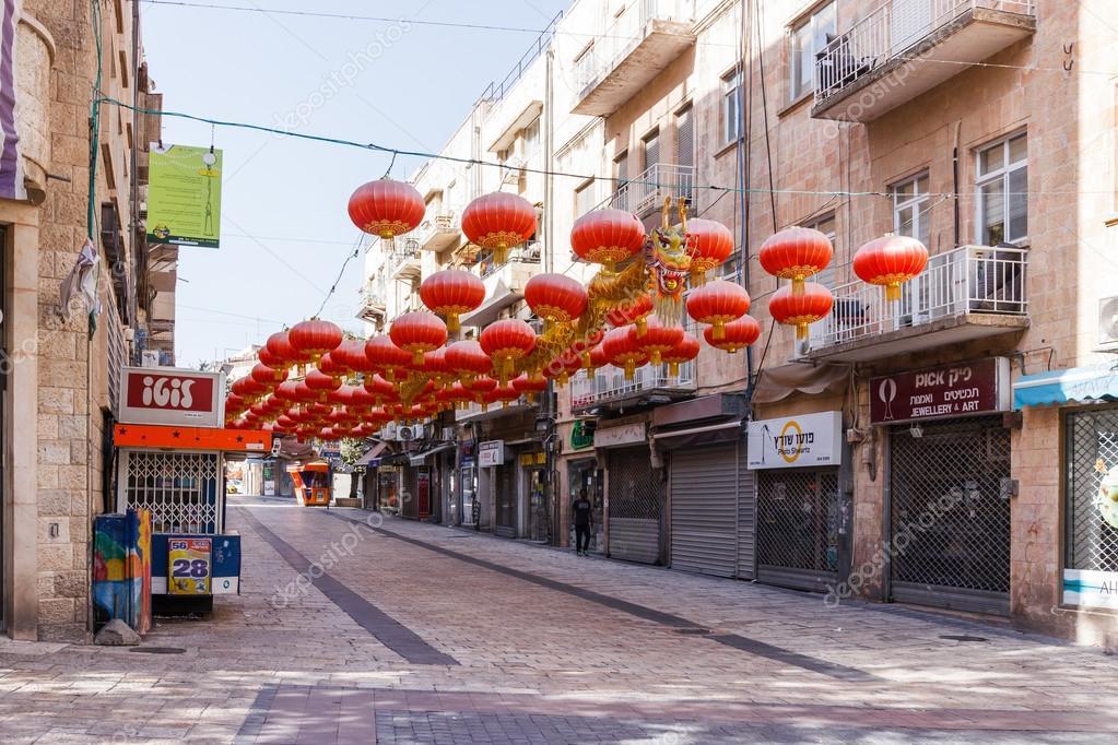 Decorazioni Con Lanterne Cinesi : Strada decorate con lanterne cinesi e drago cinese in jer u foto
