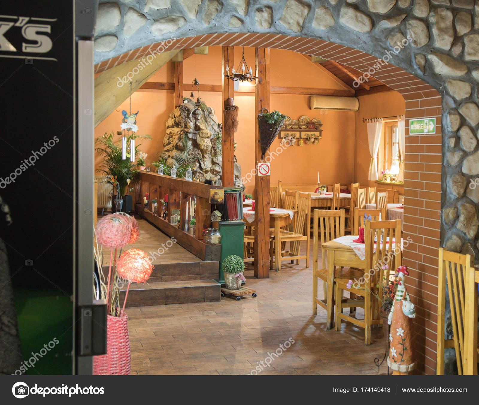 Dekorativ eingerichtete Zimmer in einem Straßencafé in der Nähe von ...