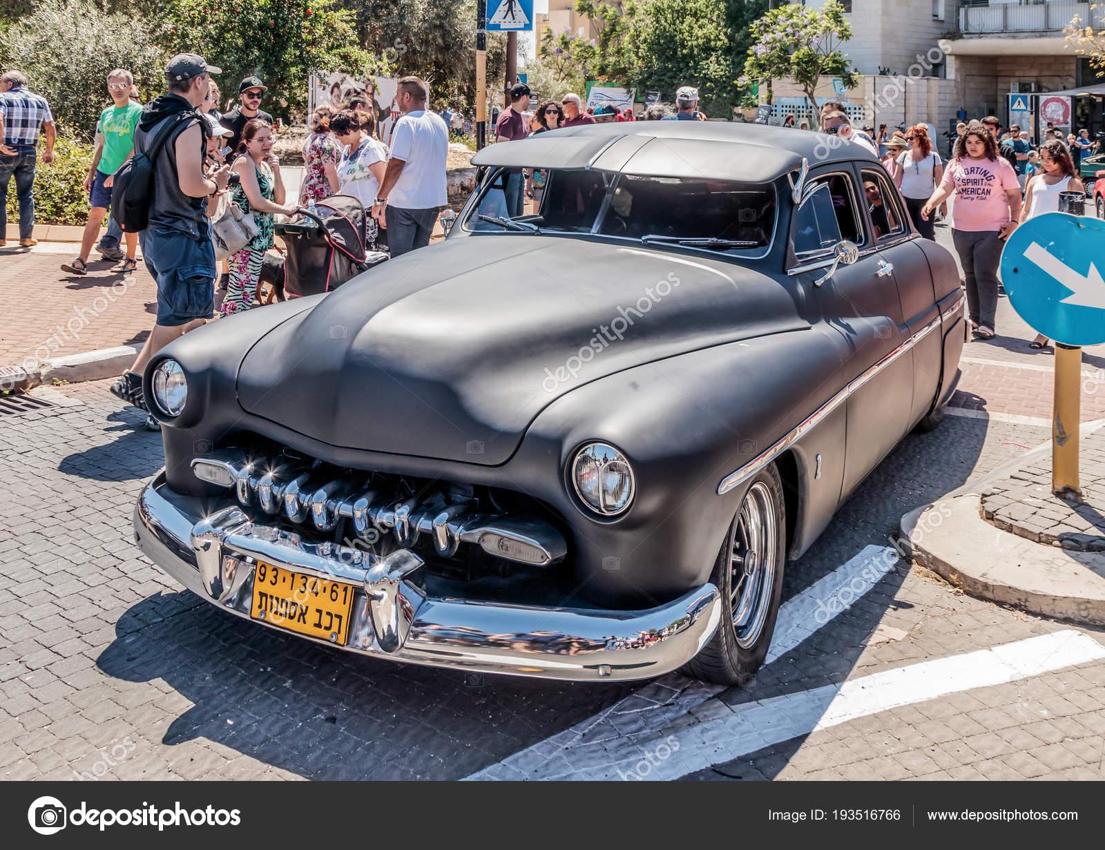 vieille voiture am ricaine mercury lors d une exposition de voitures anciennes dans la ville de. Black Bedroom Furniture Sets. Home Design Ideas
