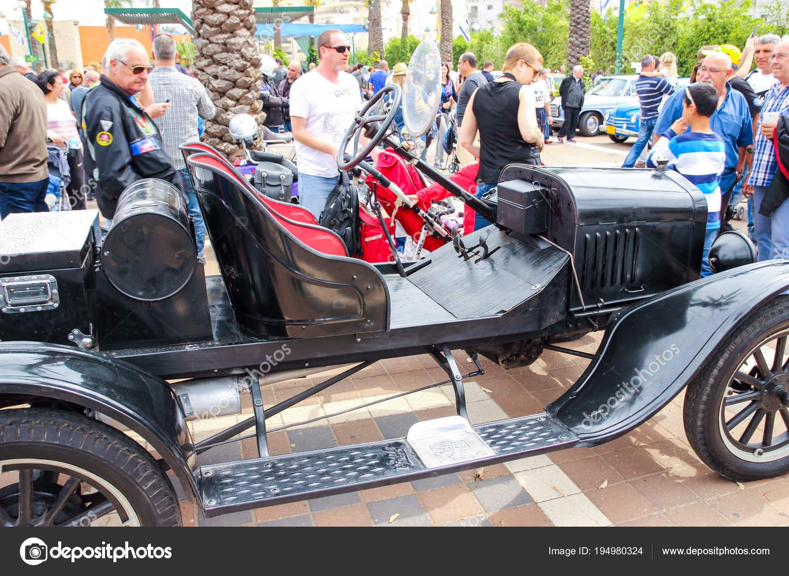 Interieur van oude ford model t speedster cabriolet op een