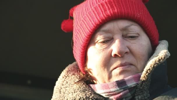 Portrét starší ženy v red hat