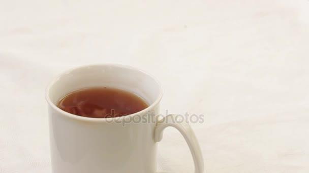 Nalijte do šálku cukru čaj se lžičkou