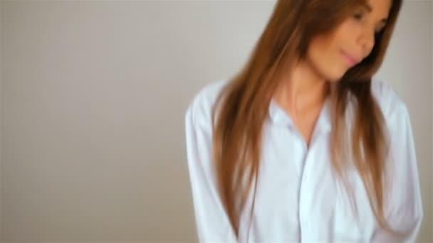 Ráno obrázek sexy ženy tančí na její ložnici v krátké muž košile, poslouchejte hudbu, atraktivní sexy mladá dívka s dlouhými vlasy na prádlo na ranní skákání. Móda modelu zábava