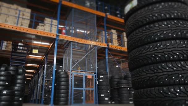 Auto pneumatiky ve skladu v obchodě pneumatiky. Obrovský sklad auto pneumatiky s výtahem