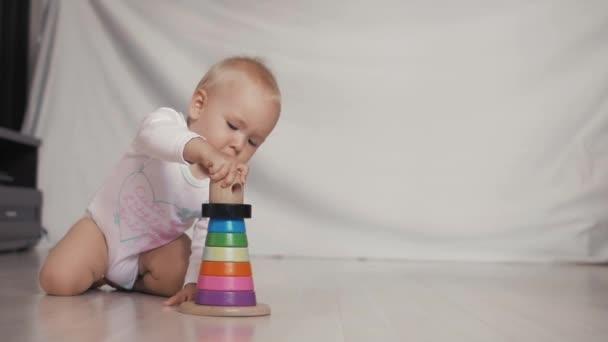 Holčička s Vzdělávací hračky v dětském pokoji. Logická hra dítě