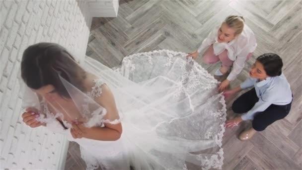 Dvě mladé krásné nevěsty, snaží se jí šaty v obchodě. Svatební koncept
