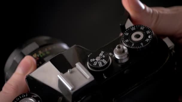Detail vintage starý fotoaparát pro fotografování kreativitu s rukou zblízka