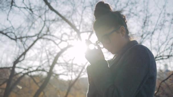 Venkovní módní portrét mladé ženy v moderní kabát, Model s dlouhými tmavými vlasy v pěkném oblečení, Pózování na ulici města. Venkovní módní koncept