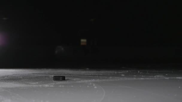 Hokejový hráč střílí puk, moc slap shot v kanadské stylu profesionální sportovec