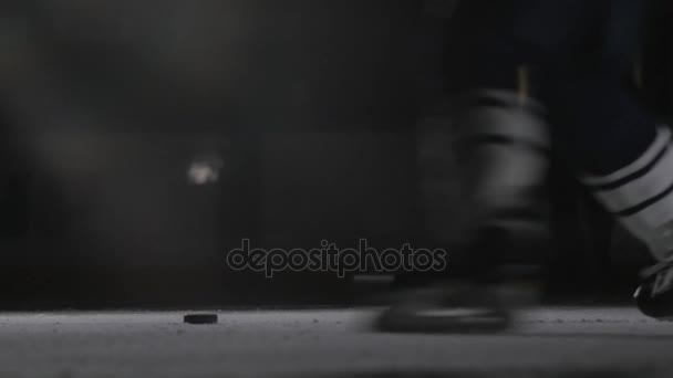 Hokejový hráč střílí puk, moc slap shot v kanadské stylu profesionální sportovec.