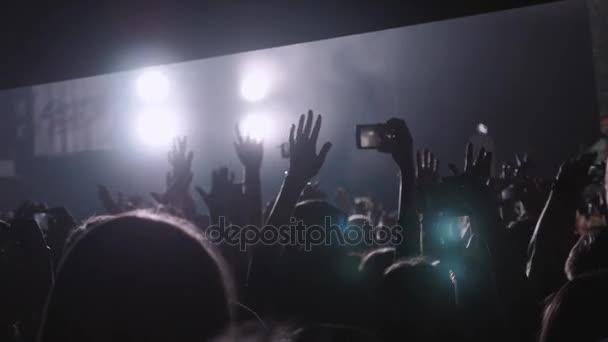 Resultado de imagem para luzes de celulares num show de rock