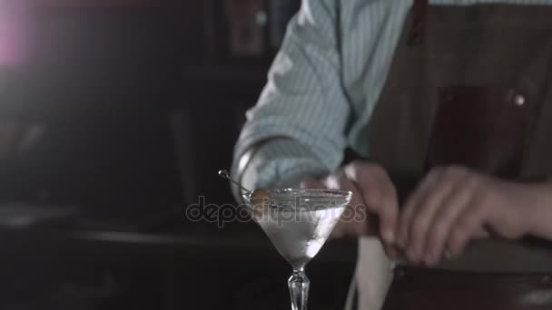 Barkeeper bei der Arbeit, Zubereitung von Cocktails. Margarita cocktail Glas gießen. Konzept über Service und Getränke. Olive-Wermut