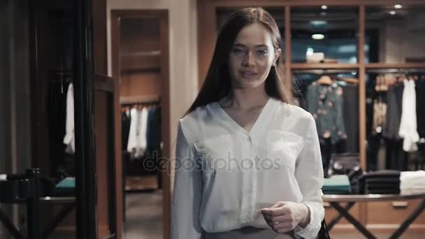 Boldog szép nő a bevásárló szatyrok-on bolt áll. Kaukázusi vonzó lány táskák nagy Mall vásárlás
