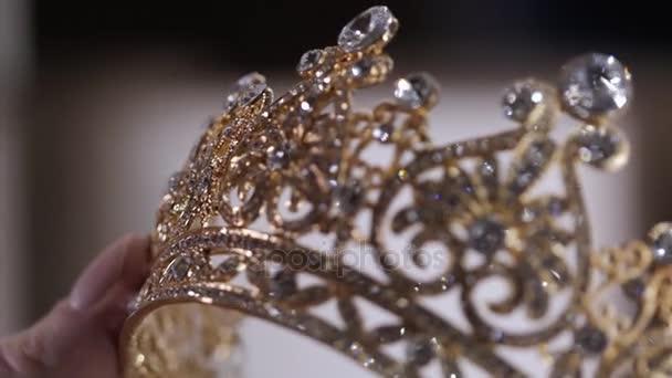 Diadema di diamanti con la riflessione. Corona di gioielli di lusso nel negozio wedding