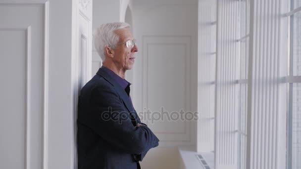 70 anni uomo anziano senior in occhiali ritratto sorridente felice