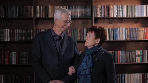 Romantica felice anziano marito e moglie a casa. Vecchie coppie sorridenti in biblioteca