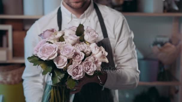 Közelről nézet virágüzlet előkészítése virág kompozíció, a munkahelyen, a rózsák peone-lila csokor, Valentin-nap és nők napja