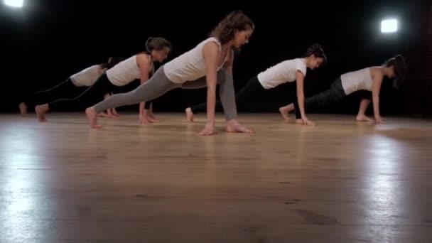 Skupina žen, strečink, školení cvičení v tělocvičně cvičení jógy pilates. Sportovní dívky studenti