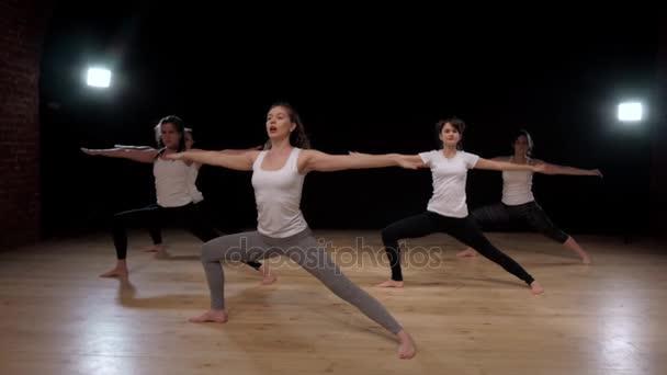 Képzési gyakorlása, a tornaterem, jóga nyújtás nők csoportja pilates. Sport lányok diákok.