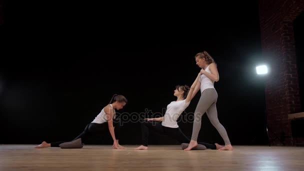 Jóga gyakorlat gyakorlat osztály fogalmát. Edző segít diák wuth gyakorlása