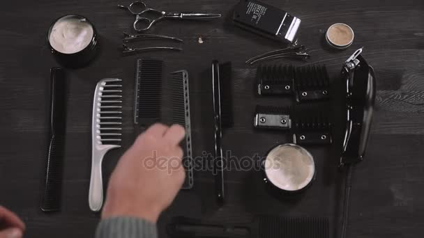 meghatározott berendezések, eszközök és hab, fodrászat, olló, fésű, borotválkozás, elszigetelt fából készült háttér