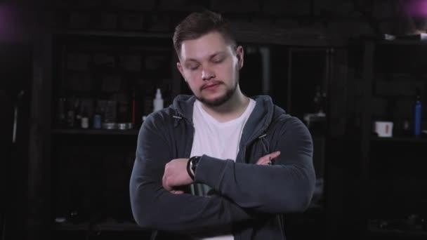 Portrét brutální vousatý muž bokové šedé pozadí. Mladý muž tvář closeup