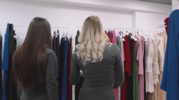 boldog, fiatal nők séta divat áruház, értékesítés, fogyasztás és az emberek koncepció