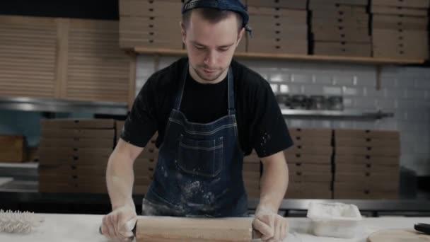 Surový pizza ingredience na dřevěný stůl, kuchař vaření pizzu pro dodání