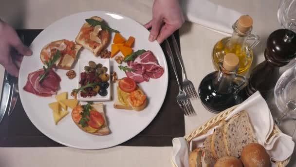 Bruschetta, italský toastový chléb s parmskou šunkou, olivami, rajčaty a sýrem nejvyšší viewv v restauraci moder