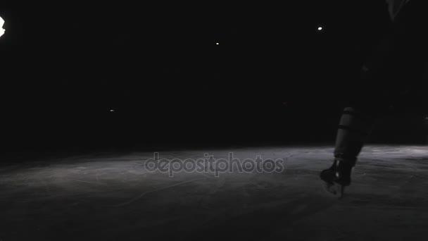 Closeup hokejista plácat PUK s jeho hůl Zpomalený pohyb