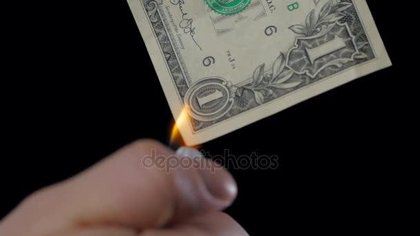 finance, lidi, úspory a bankrot koncept - zblízka mužské ruky držící hořící dolar peníze peníze na černém pozadí makro