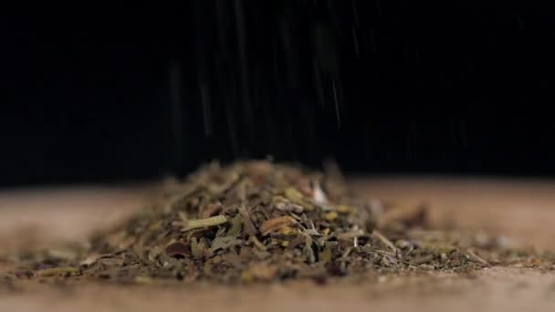 pulverförmige Gewürze hautnah auf Holztisch