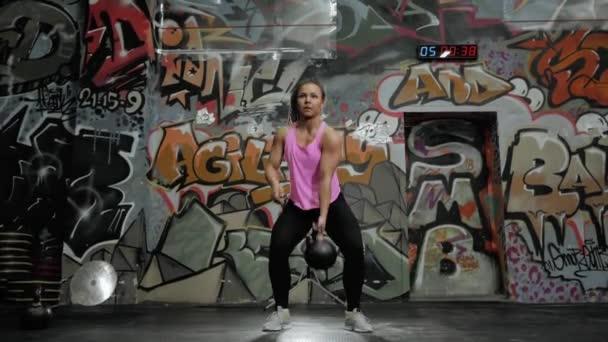 Žena zvedání váhy v tělocvičně, moc holka v crossfit centra arena dělá cvičení cvičení