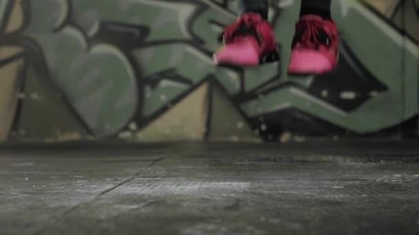 krásná sportovní žena cvičení s skákání přes švihadlo v crossfit posilovna, sexy dívka sportovec skok