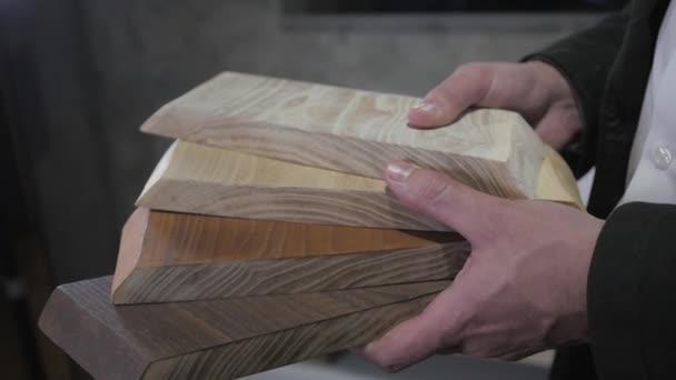 Kuchyňské skříňky a desky, dřevěné dveře a kamene a povrchové barevné vzorky v návrháře rukou