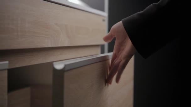 Küchenschrank, Frau enge Schranktür, näher in Bad — Stockvideo ...