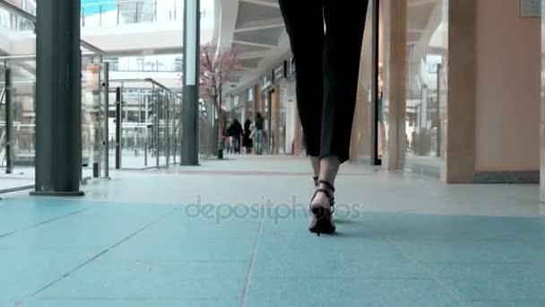 ac737c48a7b1 Cierre de piernas femeninas del trabajador parado cerca de su oficina. Los  zapatos de mujer tacones. Edificio de oficinas o centro comercial o  aeropuerto ...