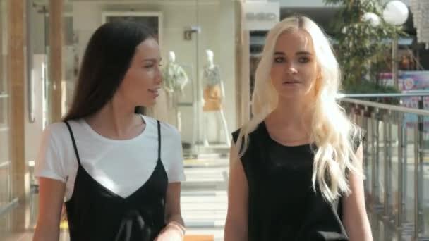 Mladé krásné šťastné ženy s nákupní tašky v obchoďáku, studentky nákupy po vyučování, dvě dívky v letištní terminál