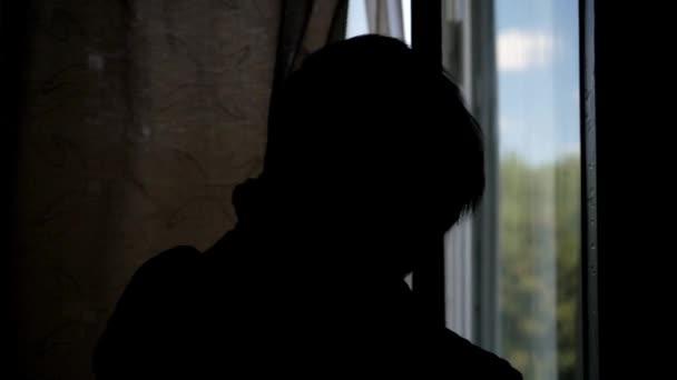 člověk a doufám, že koncept. muž otevření okna závěsy v hotelu Les a pít vodu