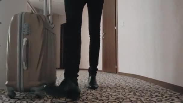 Homme d affaires avec sa valise à la chambre d hôtel jambes de