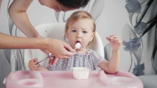 dětské jídlem na kuchyň s matkou, holčičku nejprve jíst s mámou, healphy potravin